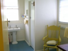 F-slide-lake-purrumbete-pelican-cottage-bathroom.jpg
